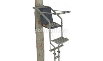 Лабаз с лестницей, приставной к дереву